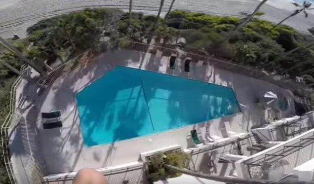 Видеоблогер прыгнул в бассейн с пятого этажа