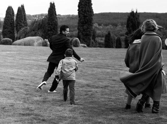 Олена Зеленська з президентом та дітьми знялася у чорно-білій фотосесії: бекстейдж від Vogue