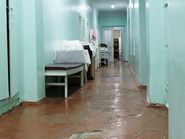 Нечувані кадри з української лікарні наробили галасу, суцільна антисанітарія - брудні матраци і підлога, мов решето