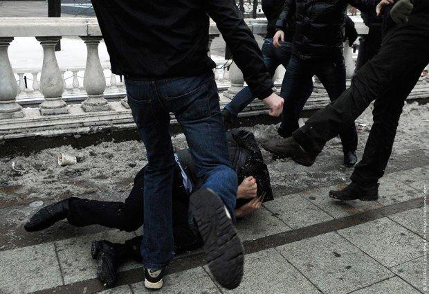 У метро Варшави поляки та українці влаштували побоїще: пасажири в паніці ховалися