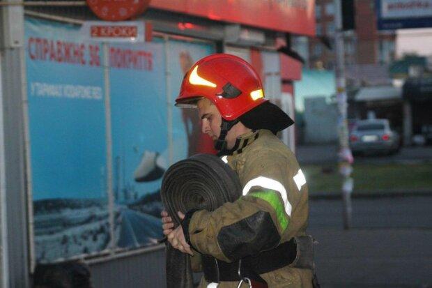 """В Киеве вспыхнул мусоровоз, ушлый водитель не растерялся: """"Пацаны, ловите пожар"""""""