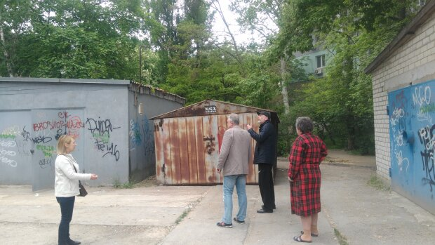 """В Запорожье молодая семья поселилась в гараже, соседи восстали: """"Даже памперсы в бензине"""""""