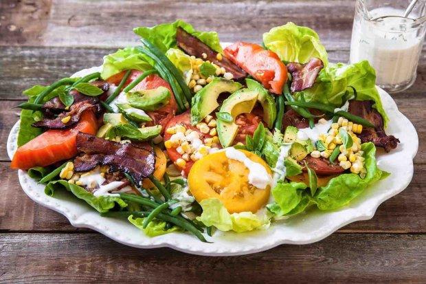 Теплый салат с беконом и рукколой на скорую руку
