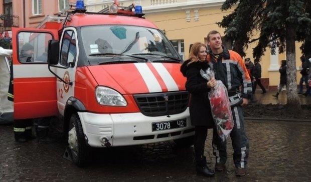 Рятувальник приїхав освідчуватися на пожежній машині (фото)