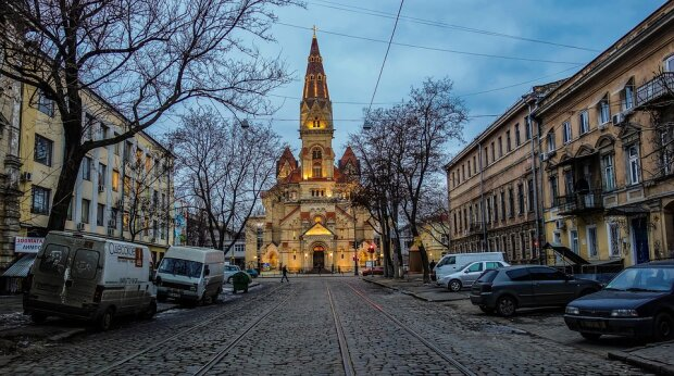 Выбросил на улицу посреди ночи: в Одессе неизвестный нагло лишил малыша дома, - позорные кадры