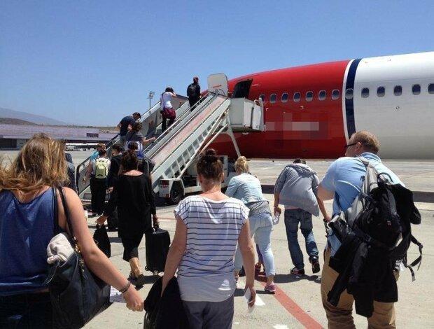 Пассажиры самолета, фото из свободных источников