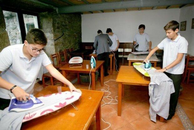 """Испанских мальчиков приучают к """"женской работе"""" по дому, фото: travelask"""