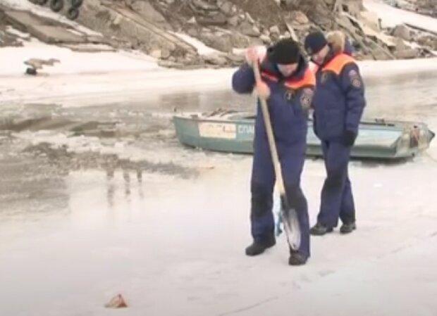 Двоє маленьких українців потонули під кригою на Новий рік: водолази не встигли