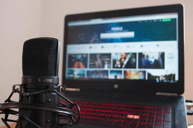 ноутбук і мікрофон