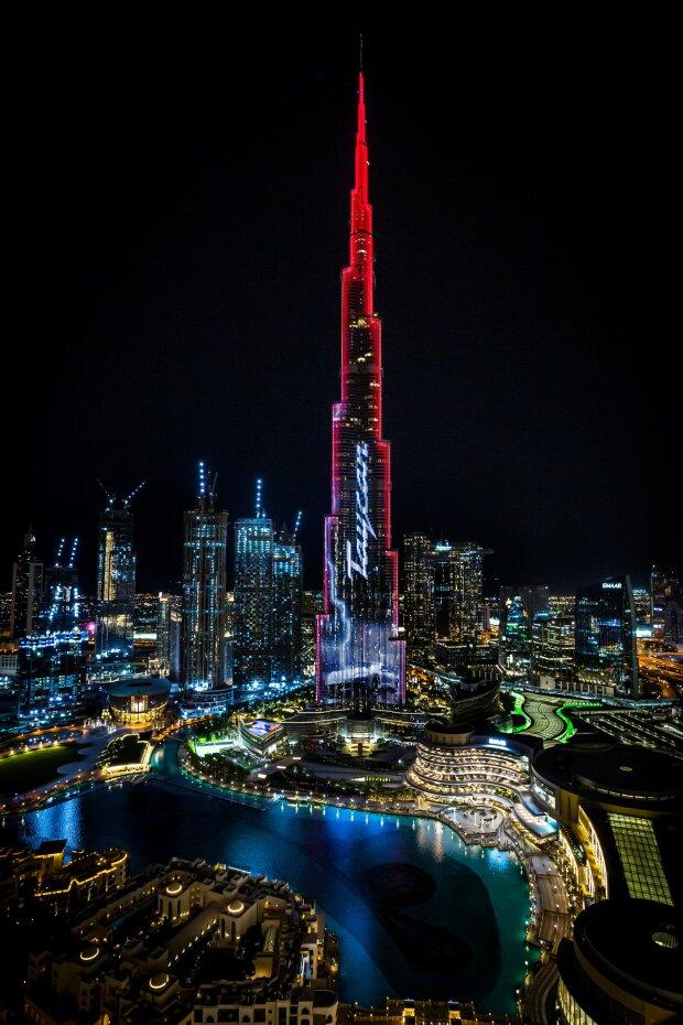 Porsche превратила самое высокое здание в мире в рекламу электрического Taycan, видео