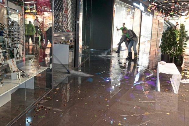 У Києві популярний магазин пішов під воду: стихія підкинула грандіозні знижки