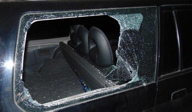 Злочинець обікрав автомобіль, фото: Facebook поліція Києва