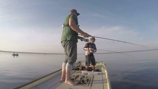Под Днепром рыбак выудил из пруда красное чудовище - такие водятся только в Амазонке