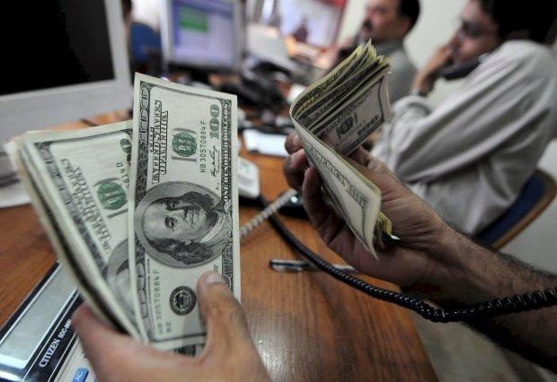 Украинцы массово напали на доллар перед выборами: чем это может обернуться