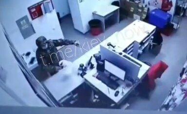 """скріншот з відео пограбування """"Нової пошти"""""""