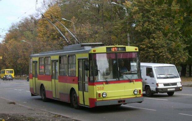 """""""Плаче дівчинка, закриває очі руками"""": у Києві двоє нелюдів з ножами напали на пасажирів тролейбуса, - моторошні кадри"""