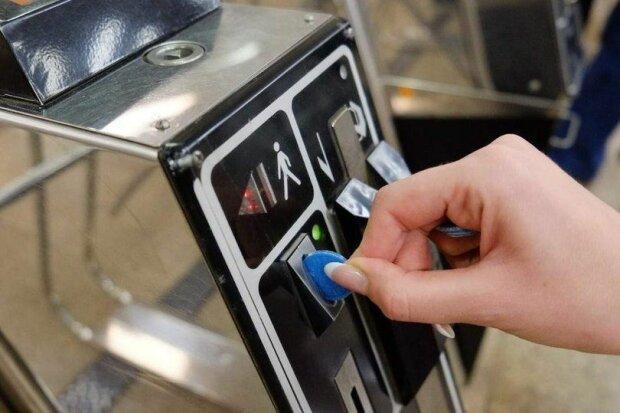 """Кияни сказали """"ні"""" жетонам: як у столичному метро платять за проїзд"""