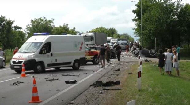 На Львівщині страшна ДТП перетворила автомобілі на купу металу: серед жертв - діти