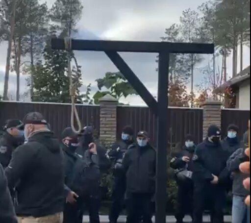 Тупицький ″догрався″ до шибениці: активісти приїхали до голови КСУ та погрожують спровадити до Ростова