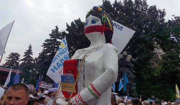 Мітингувальники під Радою ледь не побилися