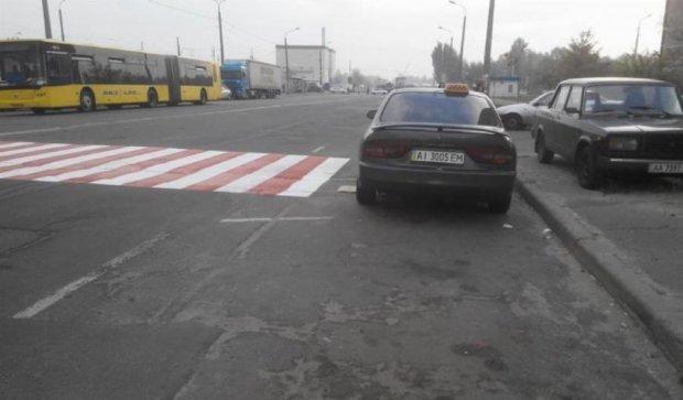 У Києві через таксиста не домалювали зебру (фото)
