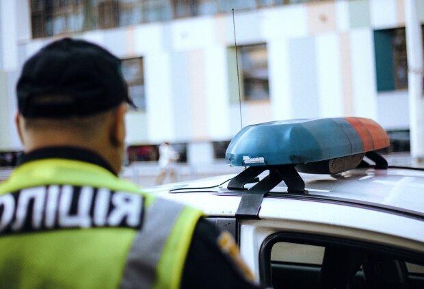 В Харькове посреди улицы обнаружили труп: лежал лицом вниз прямо под ступеньками