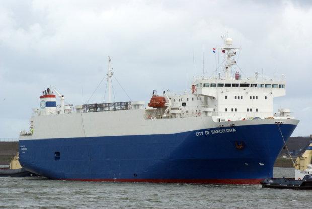 Пассажирский паром с сотнями людей на борту попал в страшную аварию: порт охватило адское пламя
