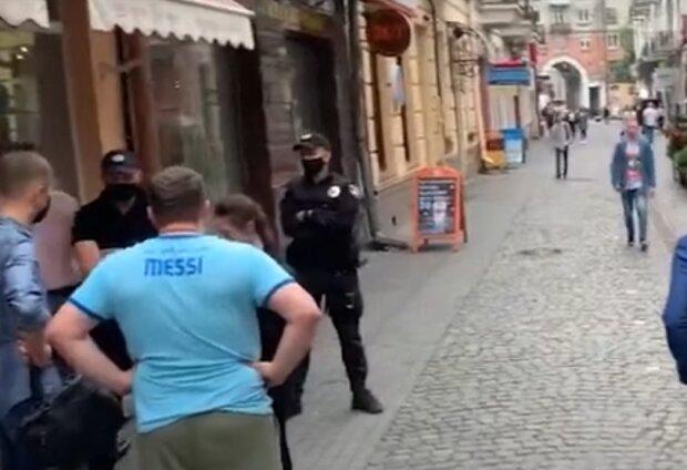 """В Тернополе рейдеры с пушками захватили кафе, хозяин в отчаянии - """"Выметайся"""""""