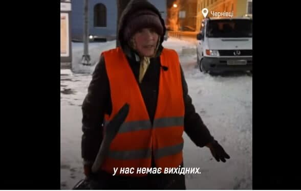 """70-летняя черновчанка вкалывает на улице в снег и дождь за минималку, на пенсию - дудки: """"У нас нет выходных"""""""