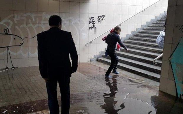 """Запасайтесь касками: киевлян предупредили об """"уставшем"""" подземном переходе"""