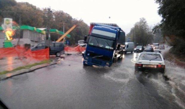 Во Львове грузовик провалился под новый асфальт
