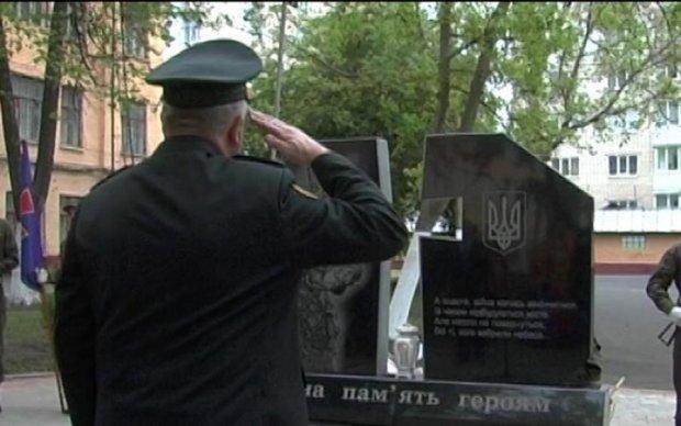 На Донбасі знівечили пам'ятник загиблим нацгвардійцям