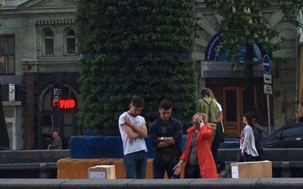 Постамент от Ленина в Киеве замаскировали целебными травами