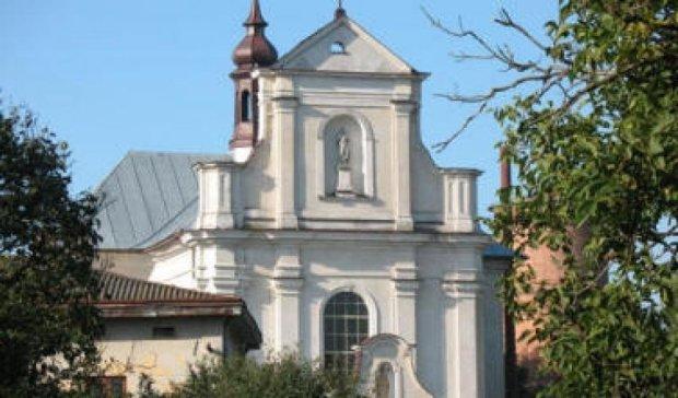 Во  дворе католицкого храма откапывают тела погибших нацистов