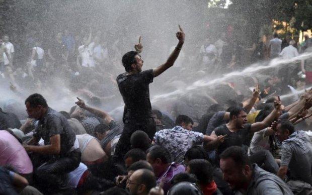 Щурів знудило: уряд Вірменії розсипається на очах