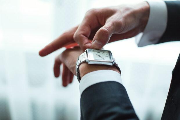Поспим на час больше: когда в Украине переведут часы, и как это повлияет на здоровье
