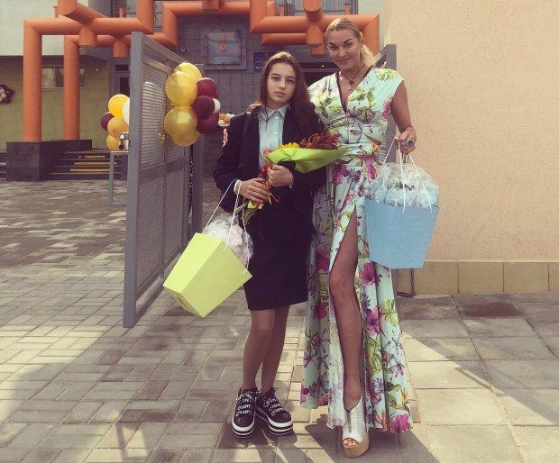 Волочкова превратила несчастную дочь в личного клоуна: видео