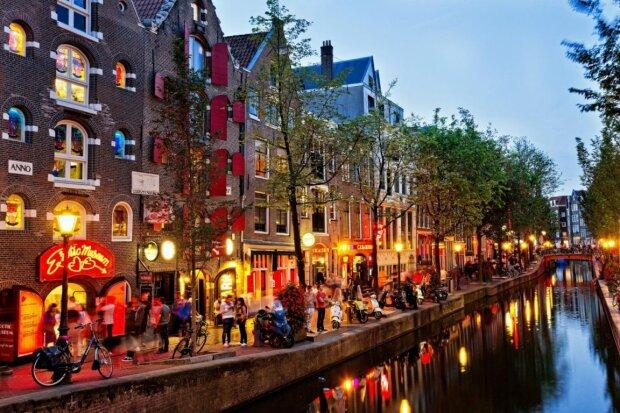 В Амстердаме раздают исторические обломки города: что на протяжении десятилетий хранилось в 200 огромных поддонах