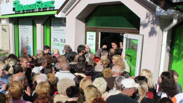 Переселенці з Криму скаржаться на ПриватБанк, де обікрали їх на понад мільйон гривень