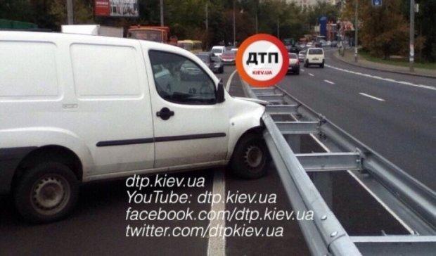 Fiat протаранив відбійник у Києві