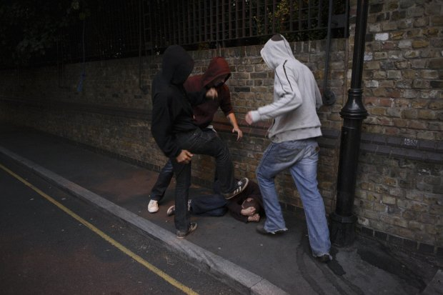 Три ножових у серце: в Києві натовп п'яних дикунів напав на гея