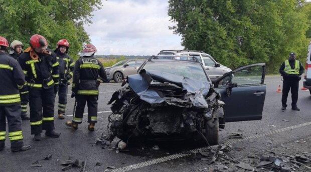 На Львівщині три автівки не поділили дорогу, кров на узбіччі: понівечені тіла вирізали з купи металу