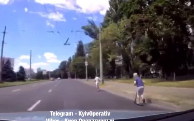 Киевские школьники засиделись на каникулах и отправились на поиски экстрима – на самокат, и под колеса