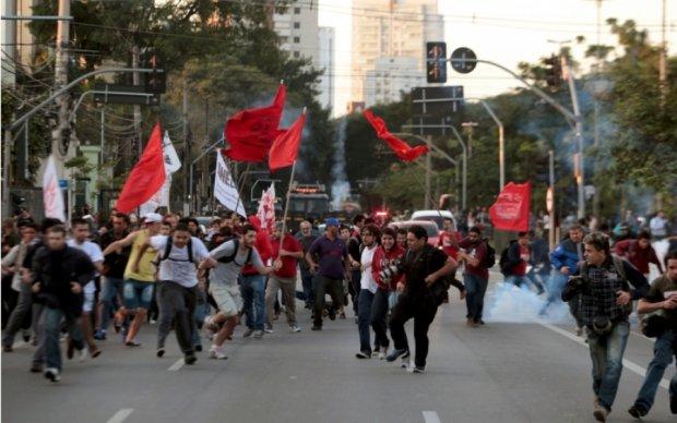 В мережу потрапили шокуючі кадри тарану протестувальнів у Бразилії