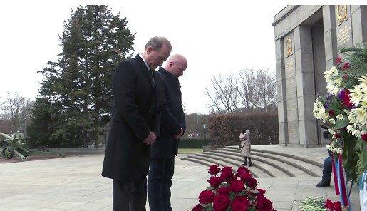 """""""Це місце знакове для нас, для нормальних людей"""": Медведчук поклав квіти до меморіалу полеглим радянським воїнам"""
