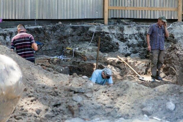 В українському монастирі викопали стародавні дорогоцінності: загадковий скарб загнав археологів у глухий кут