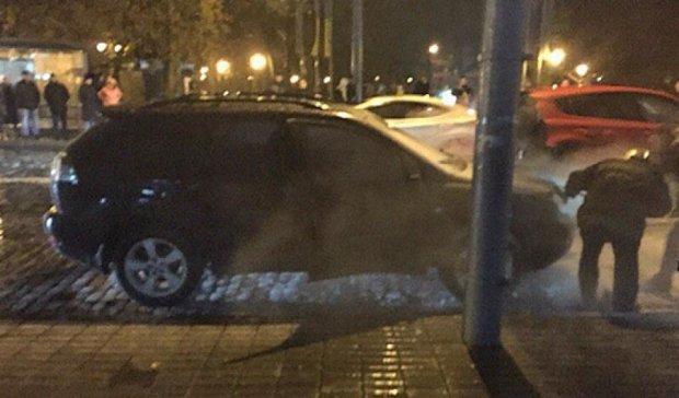У Харкові знову спалахнув люксовий автомобіль (фото)