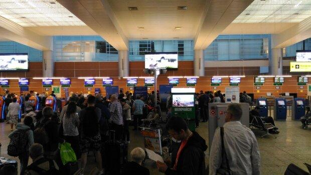 В аэропорту опоздавший пассажир устроил дебош, стойка регистрации получила первой: видео