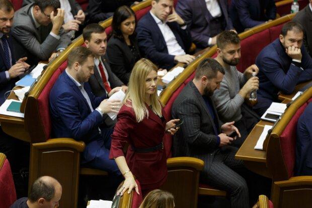 Слуги народа впервые подрались в новой Раде: что лишило депутатов равновесия