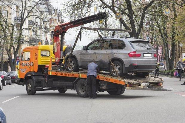 У Києві почалася масова евакуація автомобілів: не встигнете оком змигнути